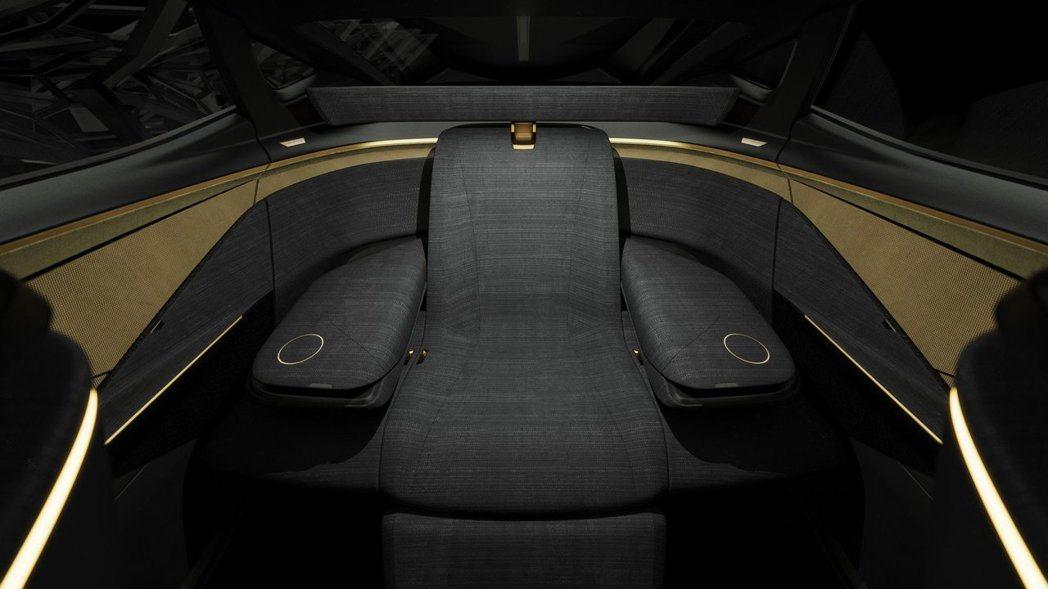 後座的Premier Seat設計,兩側座椅傾倒後變成了舒適的雙扶手。 摘自Ni...