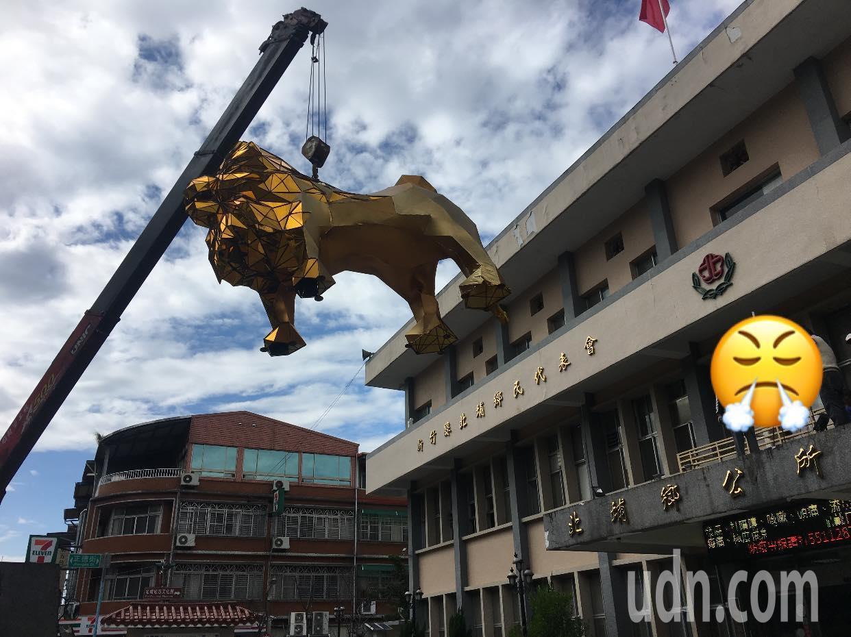 新竹縣北埔鄉公所去年8月,配合生肖年在門口上設置獒犬裝置藝術,不過近日已拆除。圖...