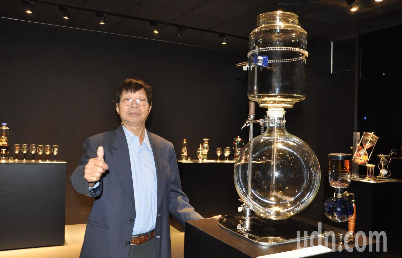 創作資歷逾40年的李文福,推廣玻璃藝術遍及全台。記者郭宣彣/攝影
