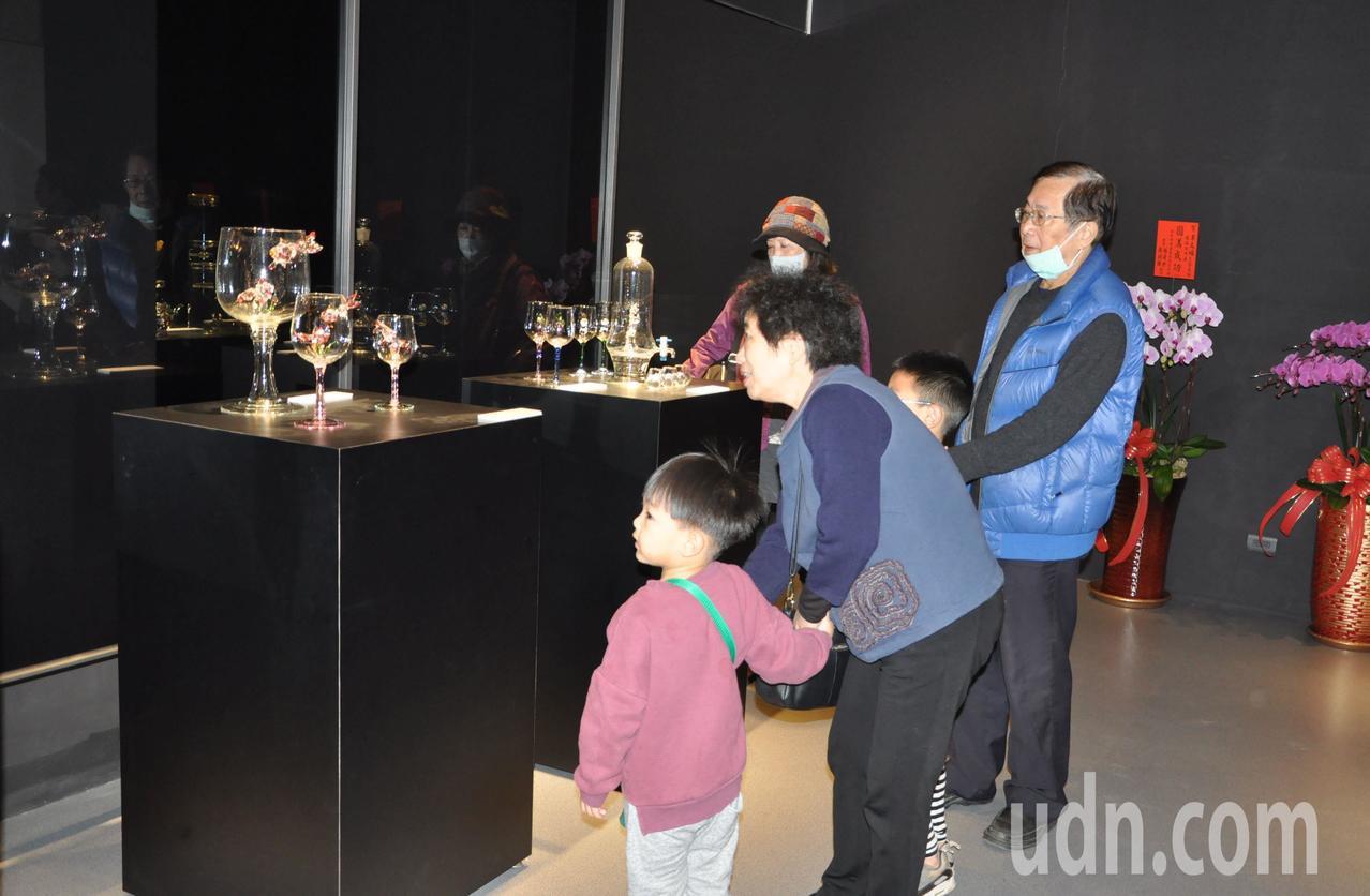 新竹市玻璃工藝博物館即日起展出「玻光璃彩-李文福玻璃創作展」暨「蛻變遊矽-張雅婷...