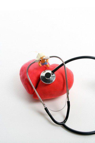 健保資料庫數據顯示,近十年來,國內急性心肌梗塞患者有年輕化趨勢,2009到201...