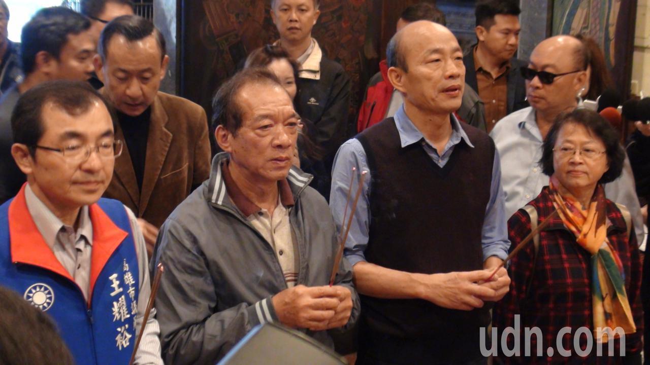 韓國瑜在上午8點30分離院,還到附近媽祖宮參拜,和附近民眾親切打招呼,受到民眾熱...