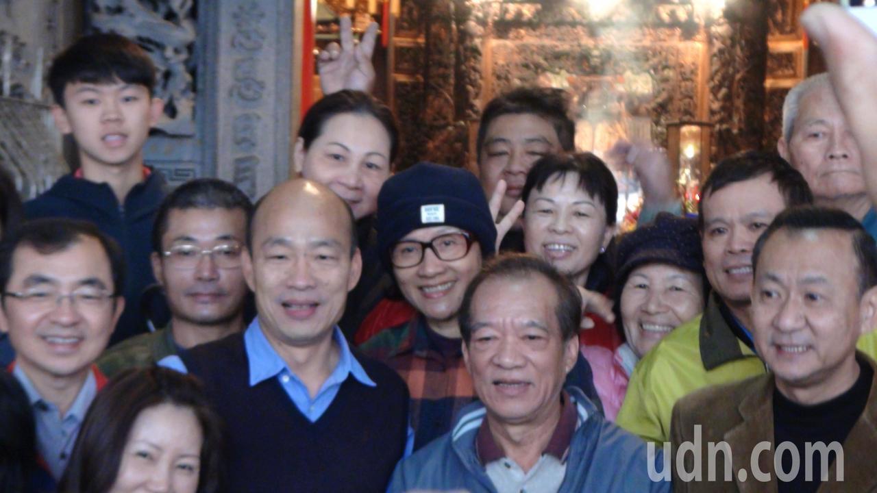 韓國瑜離開育幼院,還到附近媽祖宮參拜,和附近民眾親切打招呼,受到民眾熱烈歡迎。 ...