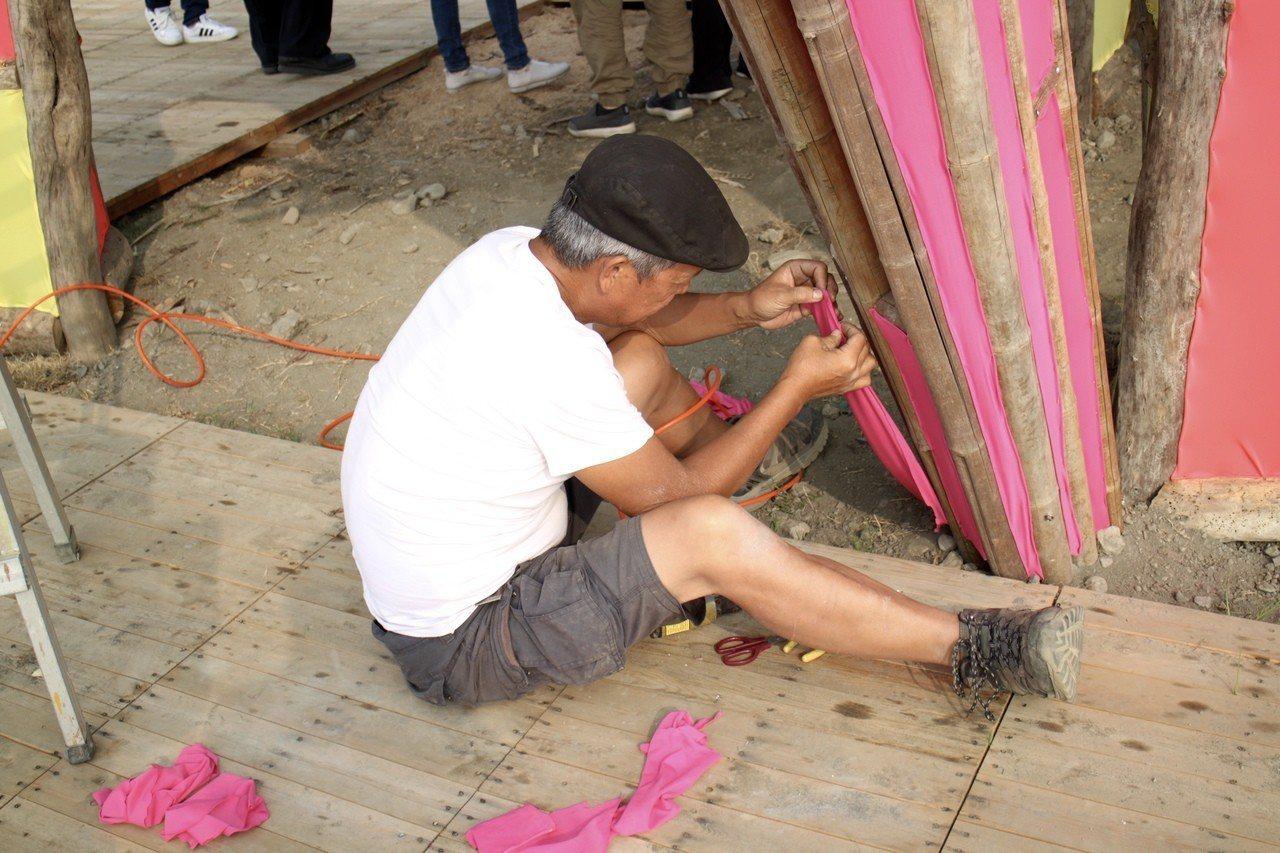 台灣燈會倒數一個月,在地藝術家正如火如荼趕製花燈。記者吳姿賢/攝影
