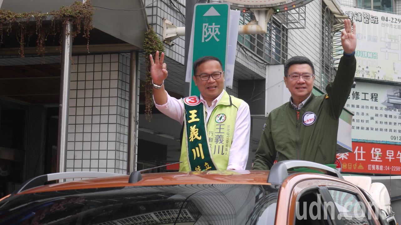 民進黨主席卓榮泰(右)今三度到台中,陪民進黨立委候選人王義川車隊掃街。卓榮泰說,...