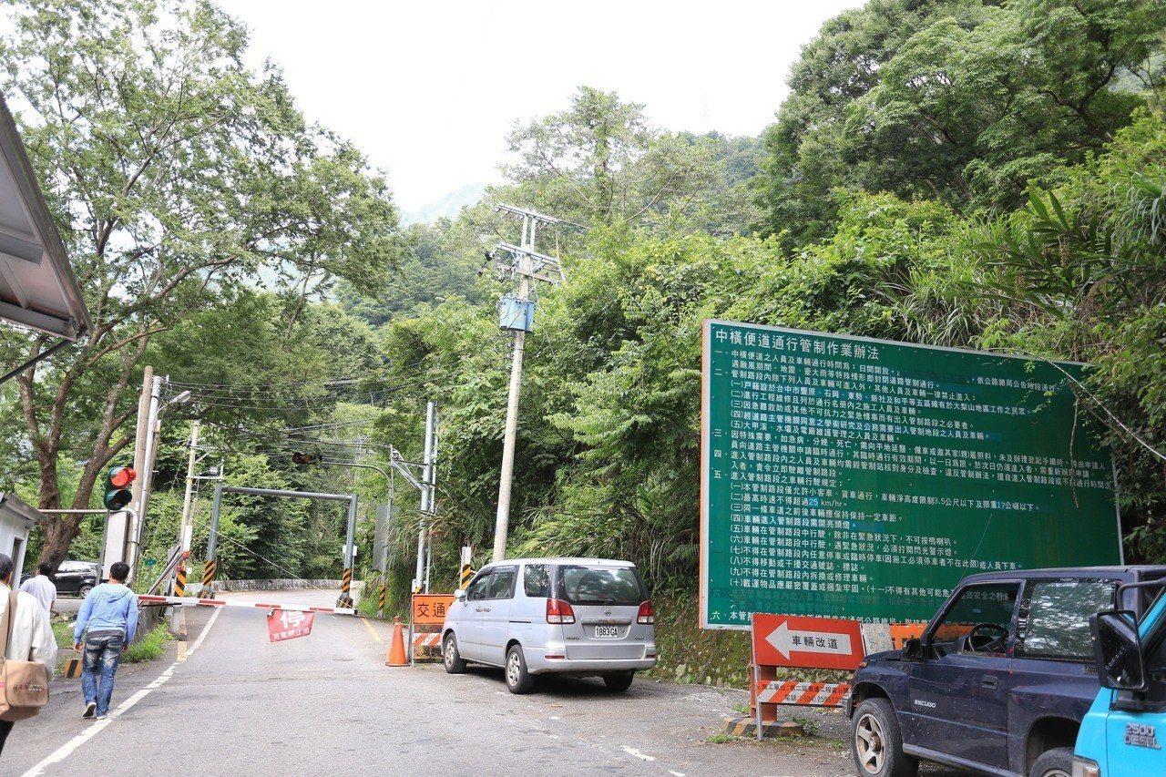 公路總局回應市府,非汛期與施工高峰期,增加中橫便道開放段。 圖/台中市新聞局提供