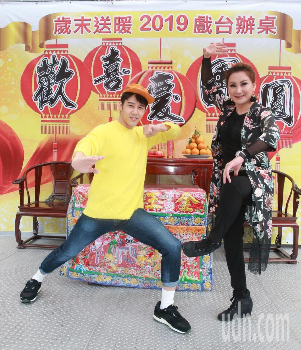 台北市歌仔戲推廣協會理事長陳亞蘭(右)與胡宇威(左)率同歌仔戲團員舉辦「2019