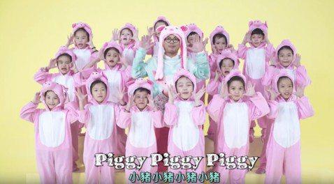 大馬鬼才黃明志在豬年應景的新年歌「Piggy Piggy」中化身八戒哥哥,似乎打算進軍兒歌市場?他說:「這首歌難度超高,因為要跟小孩子一起唱,想得比較幼稚一點,除了歌詞要簡單、旋律也要好記,讓小朋友...