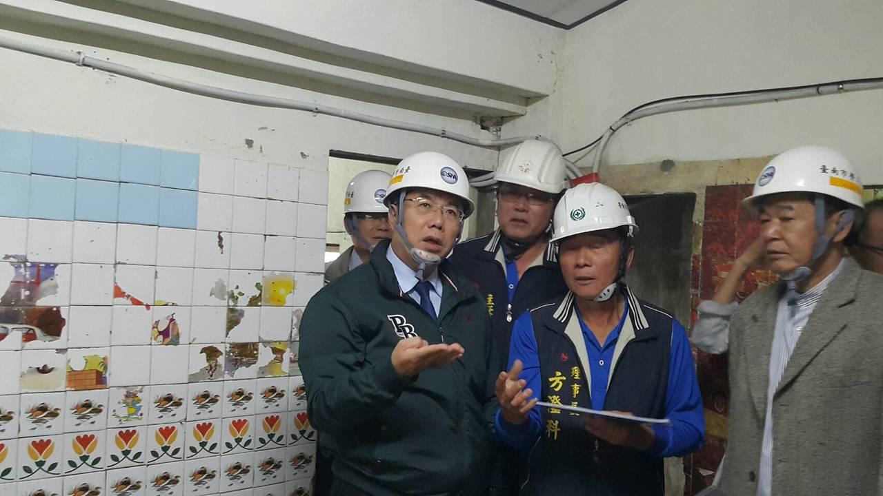 台南市勞工局結合各工會前往安南區弱勢家庭協助修繕舊屋,上午市長黃偉哲(左)也前往...