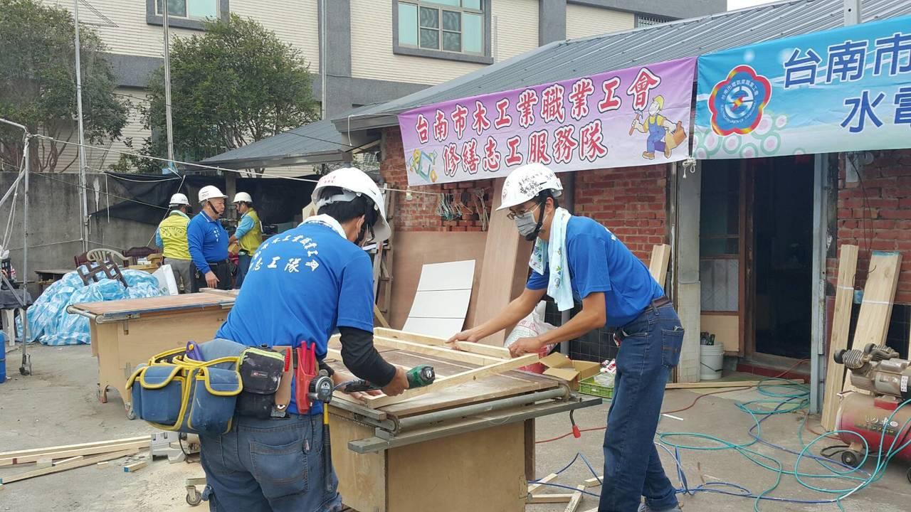 台南市勞工局結合各工會前往安南區弱勢家庭協助修繕舊屋。圖/勞工局提供