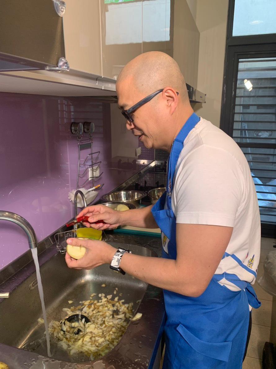 Paul削馬鈴薯準備做咖哩牛肉。圖/經紀人提供