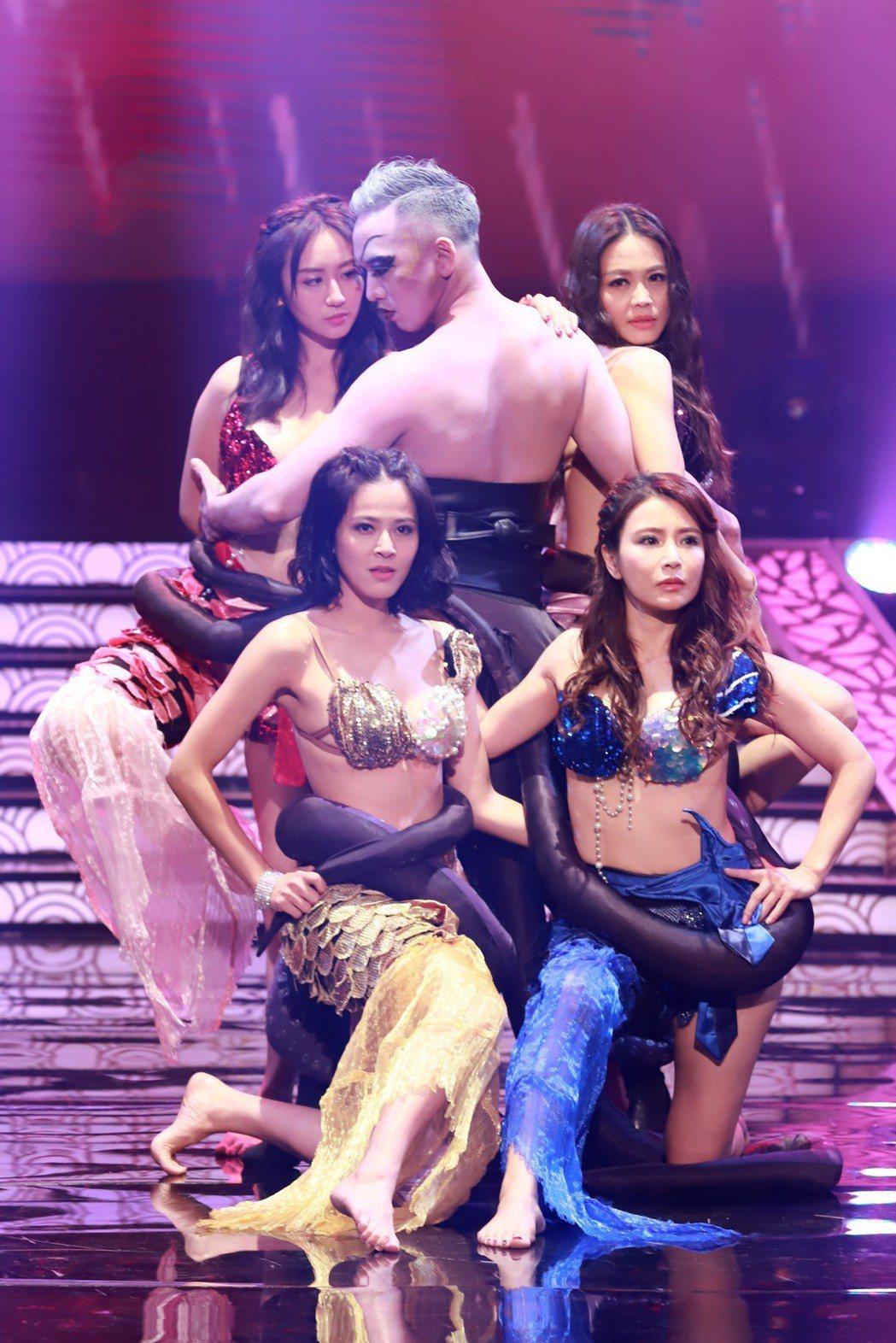 蘇晏霈(前排左起)、德馨、蔡允潔(後排左起)、張䕒心表演美人魚舞。圖/民視提供