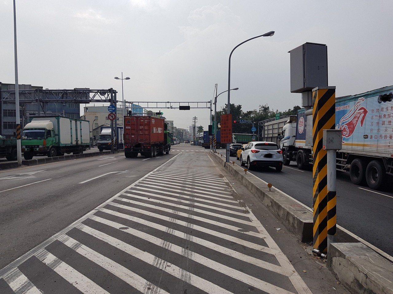 警方為了加強防範大型車輛交通違規,選擇在前鎮區草衙二路、金福路口的大型車輛專用道...