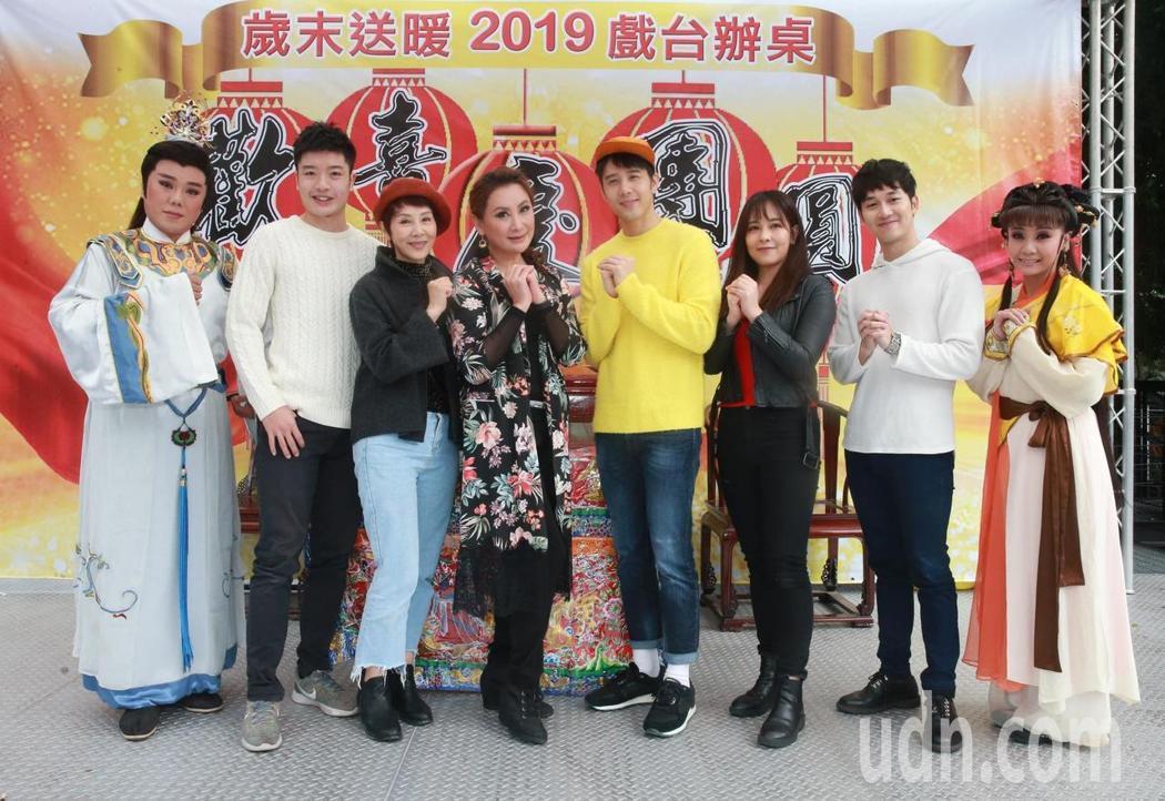 台北市歌仔戲推廣協會理事長陳亞蘭(後中)與胡宇威(後左)率同歌仔戲團員舉辦「20...