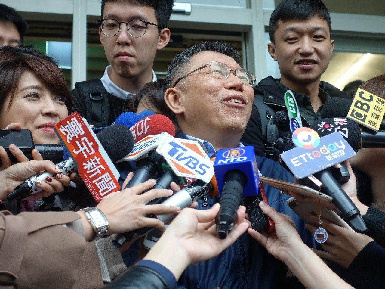 對於新黨發言人王炳忠變成「柯粉」,柯文哲今受訪時表示忍不住哈哈大笑,直呼「天啊」...