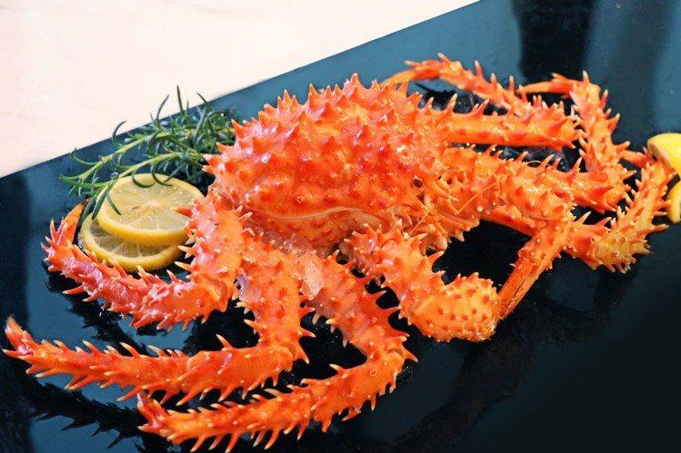 假日用餐4人同行再升級帝王蟹。圖/台北萬麗酒店提供