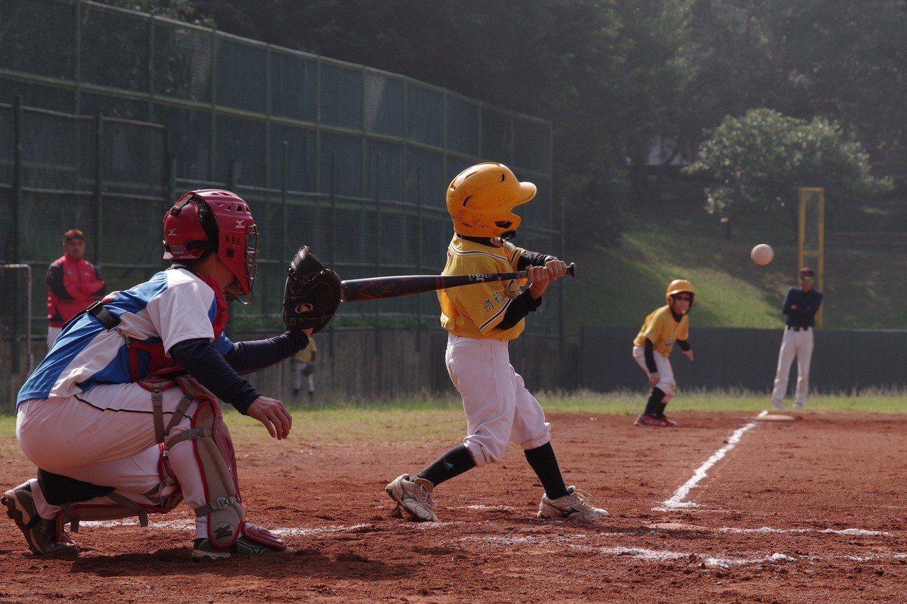 嘉義縣秀林國小棒球隊一軍球員全力揮棒擊球。圖/中光電提供