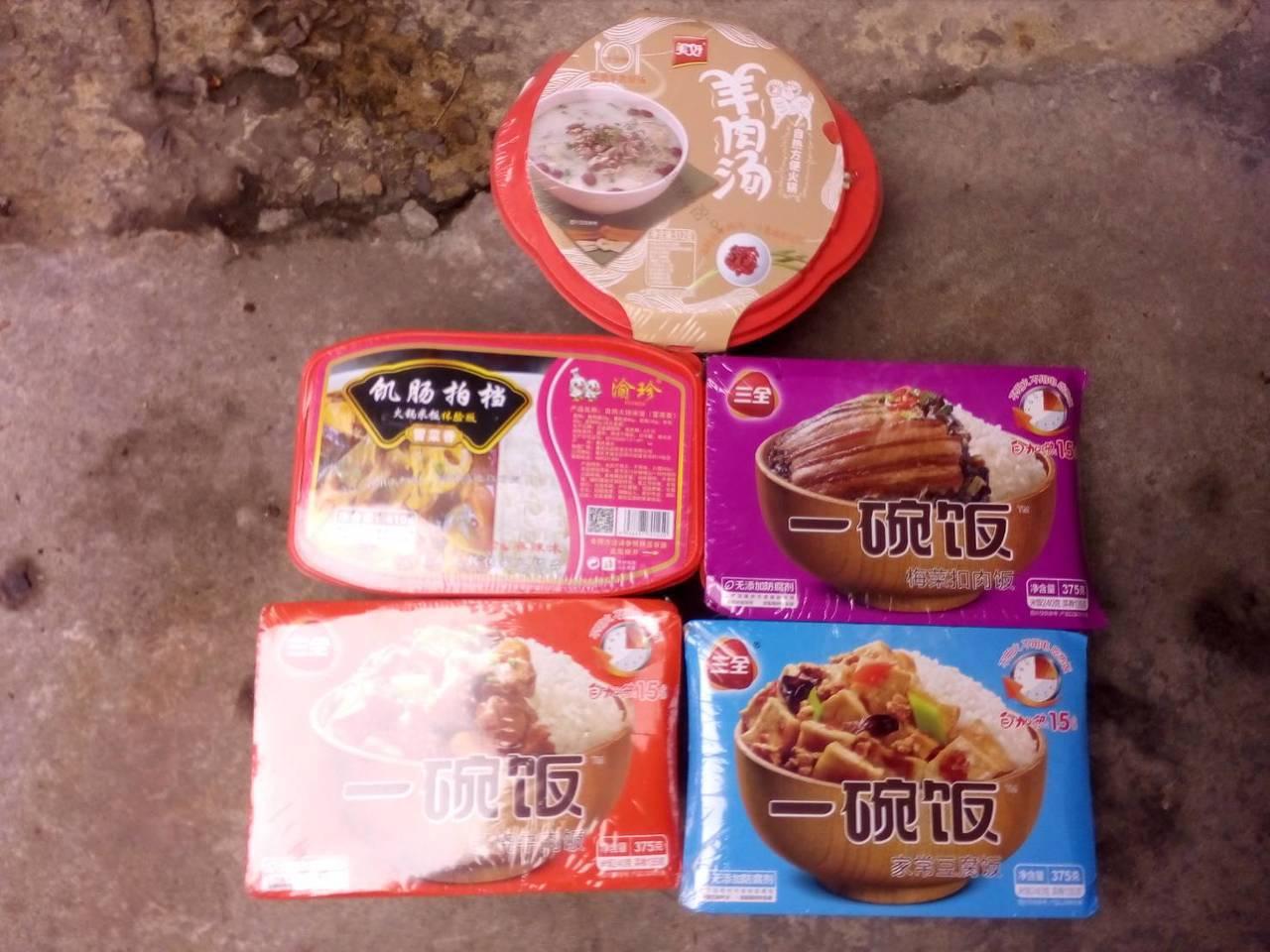 新北市淡水新民街一夾娃娃機台內擺有中國大陸製豬肉食品。圖/新北市動保處提供