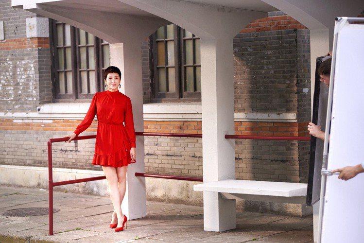 女星蔣雯麗替H&M拍攝中國新年系列代言廣告花絮,並分享了她的穿搭哲學。圖/H&M...