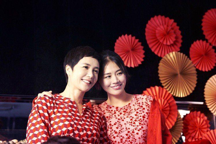 現實生活中,蔣雯麗(左)和馬思純(右)也是真實的家人關係。圖/H&M提供