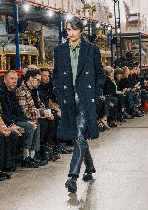 愛馬仕以直身和弧狀線條西裝或運動大衣穿出分量感,海軍藍、藏紅花、綠松石、焦糖棕等...