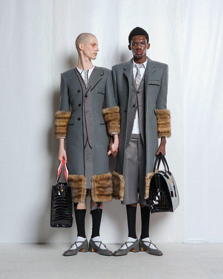 Thom Browne持續跨越性別界線,讓男性穿上繫帶高跟鞋,搭配內搭褲與極為強...