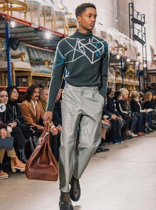 帶有幾何圖騰的針織羊毛衫則是更顯活潑與年輕。圖/摘自品牌IG