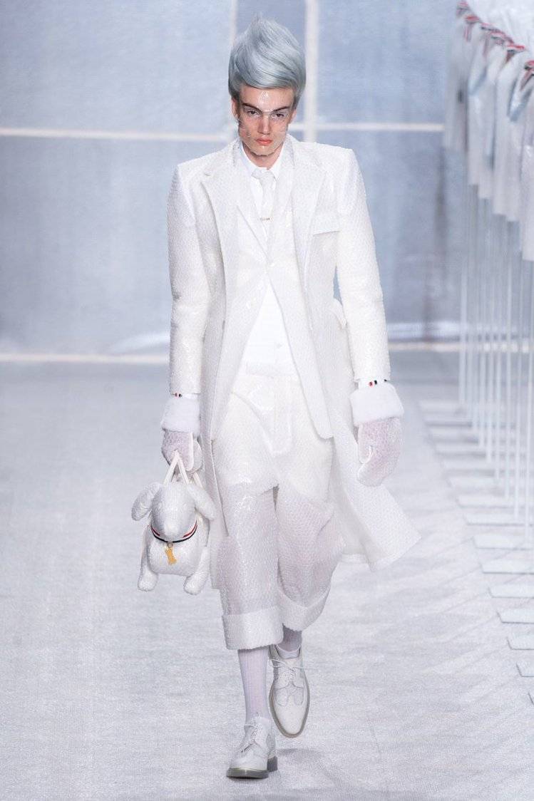 Thom Browne以包裝上常用到的泡泡紙做成的套裝,搞怪有趣。圖/摘自twi...