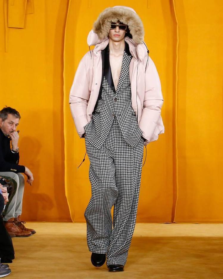 成套西裝隨興地與羽絨外套混搭,一切都充滿驚喜與趣味。圖/摘自品牌臉書