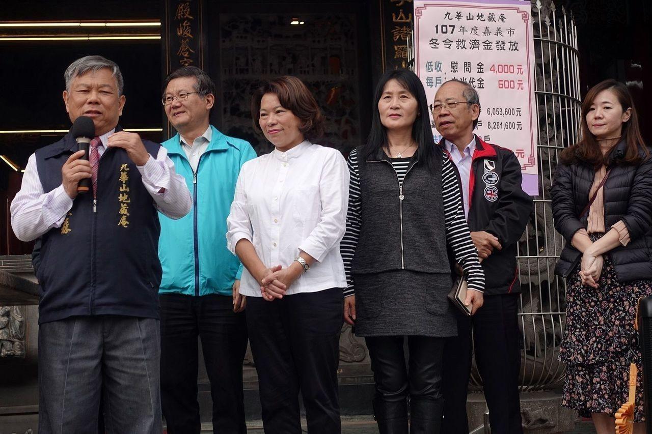 九華山地藏庵董事長黃俊森(左一)說,善款取之於社會、用之於社會,拉苦難家庭一把,...
