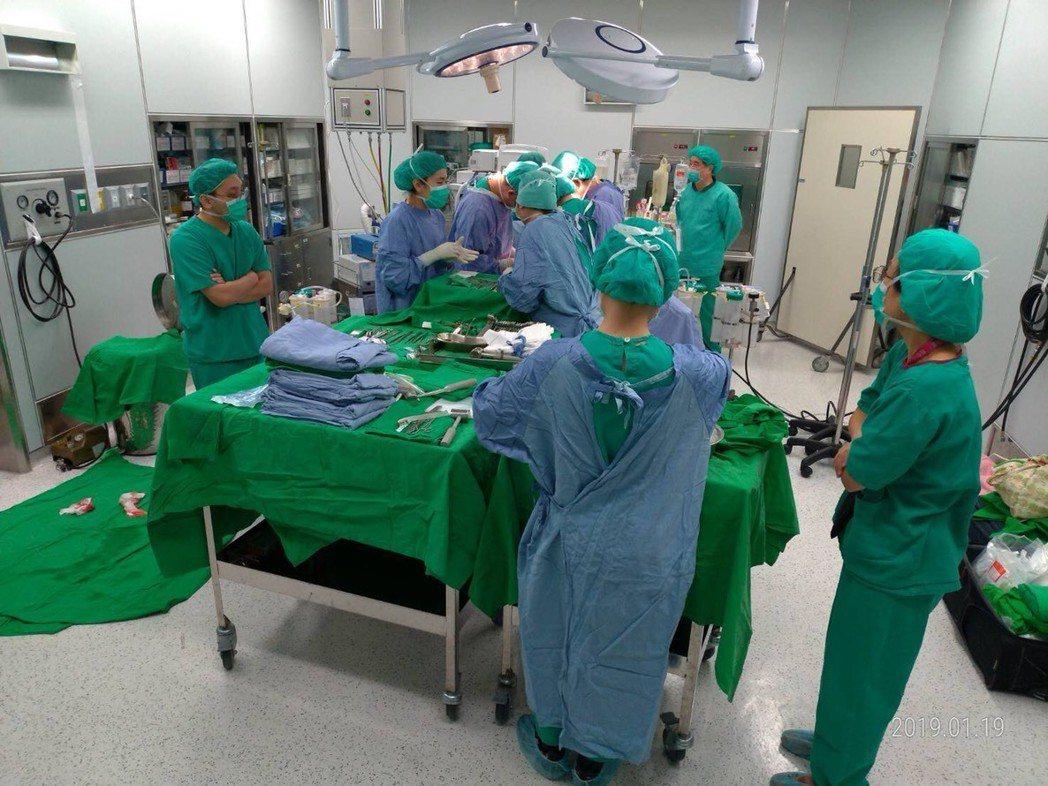 新北市聯合醫院與台北榮民總醫院器官小組昨天合作,成功移植56歲邱姓器捐者的2顆腎...