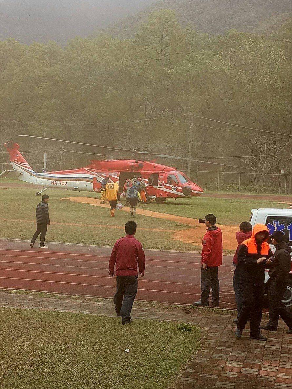 南投縣消防局今天申請直升機救援,可惜天候不佳折返。圖/消防局提供