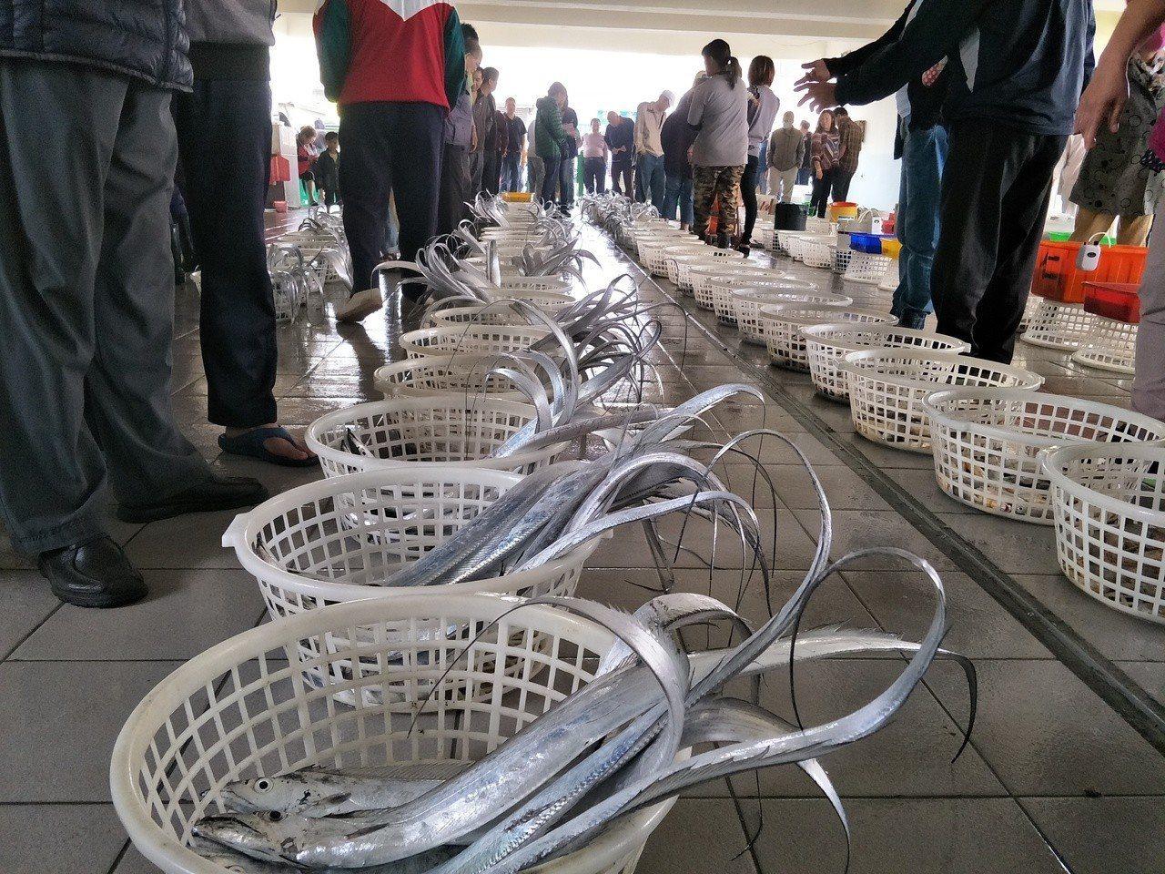魚貫等待拍賣的魚貨相當壯觀。記者謝進盛╱攝影