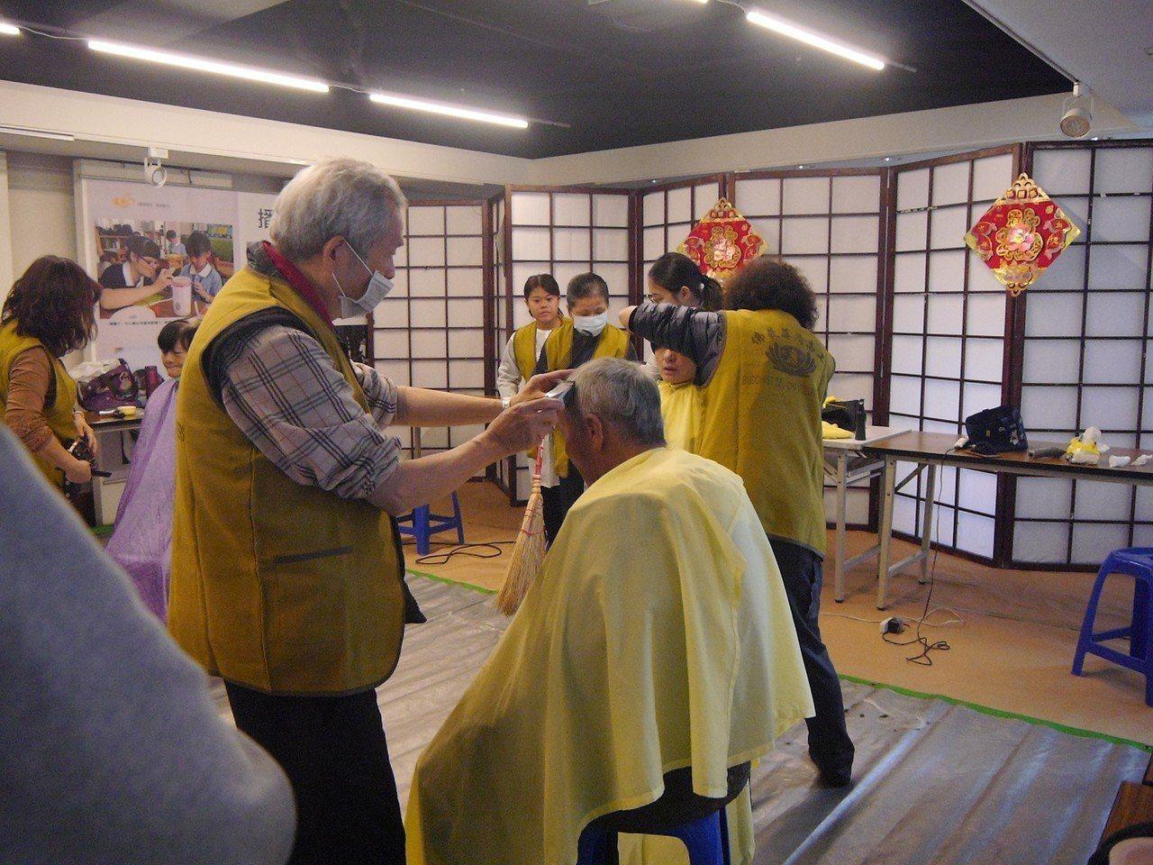 慈濟彰化分會今天在彰化靜思堂舉辦歲末圍爐關懷活動,也邀請美髮師義剪、洗髮,讓受關...