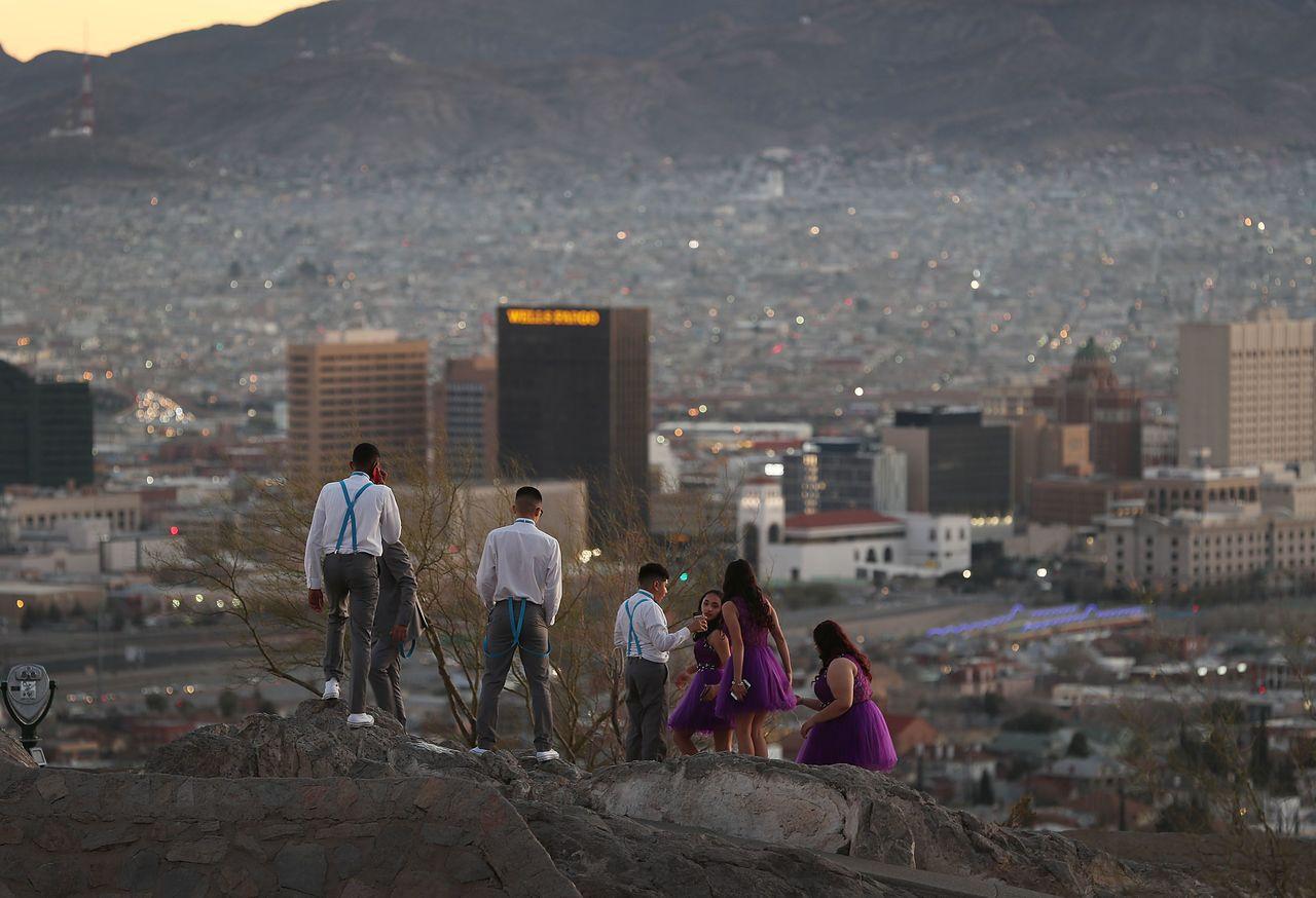 川普19日提議暫時保護移民,換取在美墨邊界築牆。圖為民眾19日從美國德州邊界艾爾...