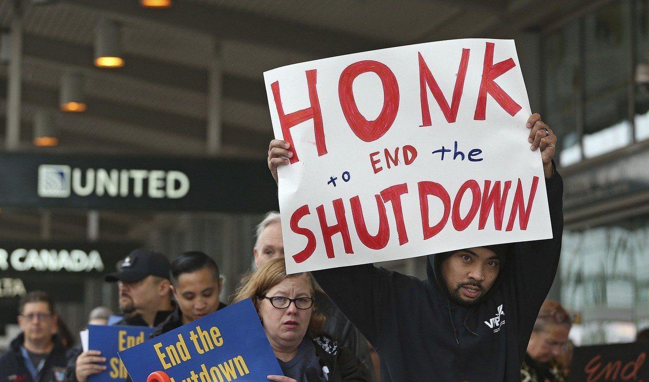 數十名美國聯邦政府員工及其支持者16日在加州沙加緬度機場示威,要求川普和國會議員...