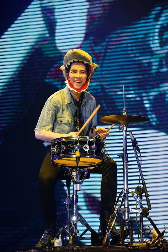 蕭敬騰為了小小嘉賓戴上鯊魚頭帽。圖/摘自臉書