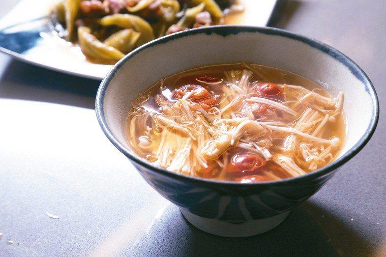 榨菜番茄金針菇湯。 記者陳立凱/攝影