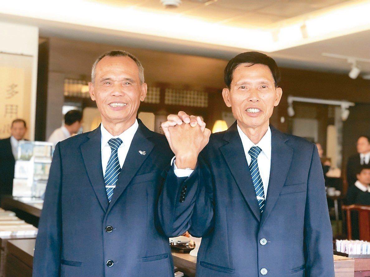 陳金城(右)、陳榮哲幾乎天天一同出門到慈濟環保站報到,將環保站當第二個家。 記者...