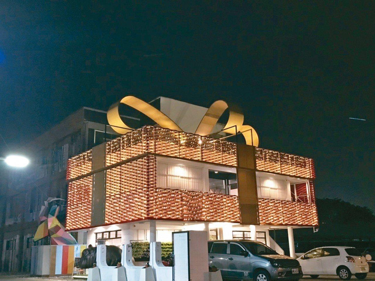 高市交通局將建軍站修理工廠2層樓老舊建物出租,並由鋼雕藝術家陳奕彰打造為「禮物M...