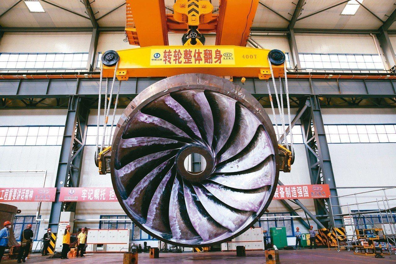 白鶴灘水電站首台轉輪,在加工中進行翻身。 圖/本報四川德陽傳真