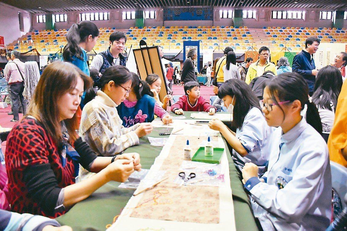 宜蘭順安國中學生昨天在成果展現場,化身為手作小老師,指導參觀民眾如何製作編花。 ...