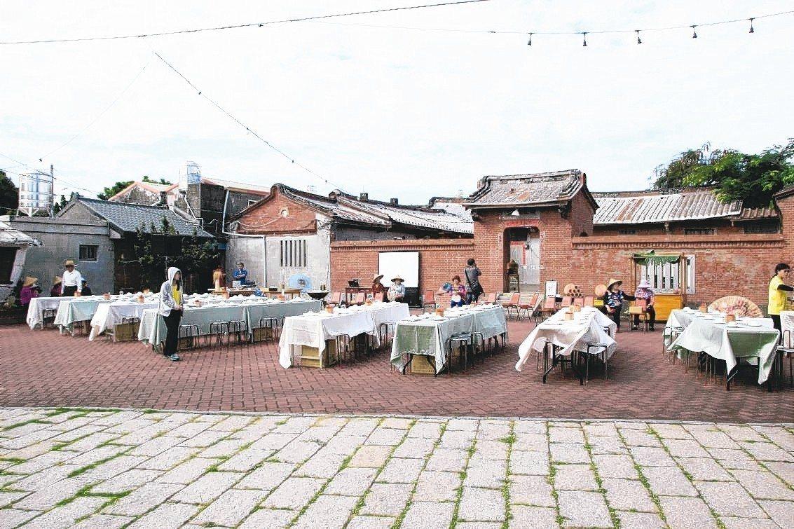 大有社區志工煮了一手好菜,展開「餐桌計畫」在三合院吃阿嬤的「手路菜」。 記者林敬...