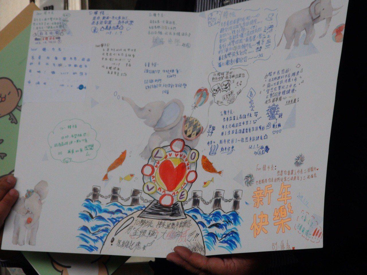 永安兒童之家有個女孩還把韓國瑜競選時推動的愛情摩天輪畫在祝福卡上,韓稱讚她很有創...