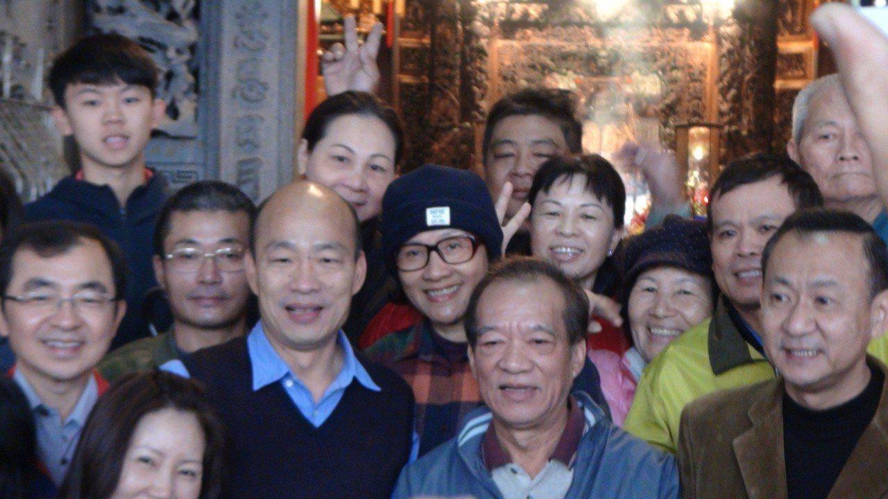 韓國瑜離開育幼院,還到附近媽祖宮參拜,和民眾親切打招呼,受到熱烈歡迎。 記者謝...