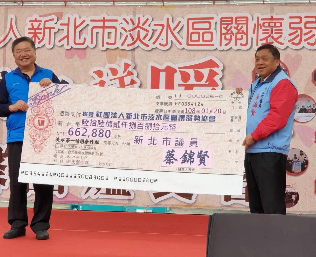 新北議員蔡錦賢(右)捐選票補助款,議長蔣根煌代表接受。圖/社會局提供