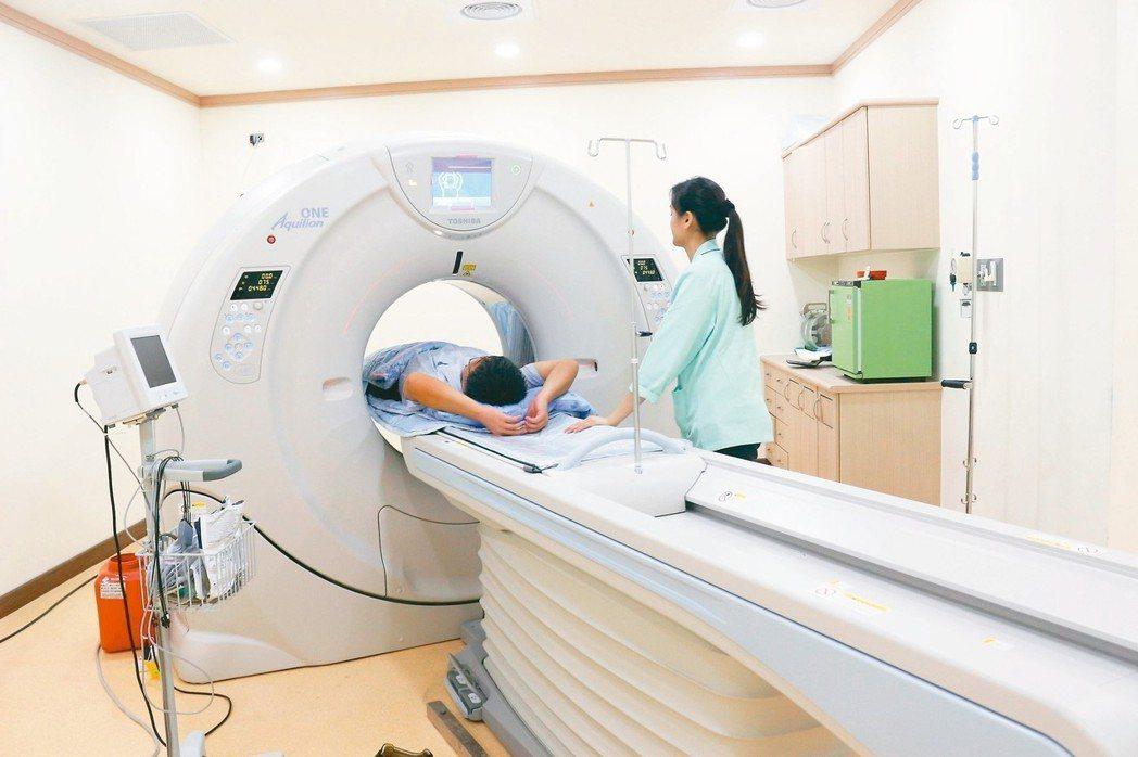 電腦斷層掃描、X光檢查的輻射量高,醫師提醒,若頻繁進行相關檢查,將對健康造成負面...