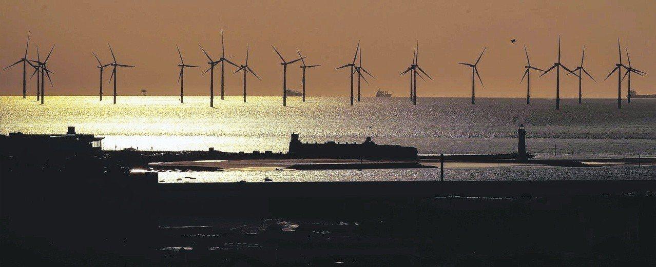 離岸風電廠商沃旭暫緩與國內產業鏈合作,引發關注。圖為離岸風機。 (美聯社)