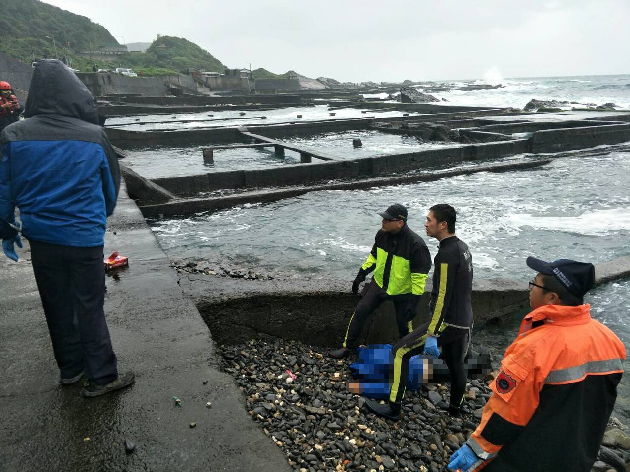 潘姓釣客在前往龍洞釣點途中突然落海,拉起時已明顯死亡。圖/新北消防局第六大隊提供