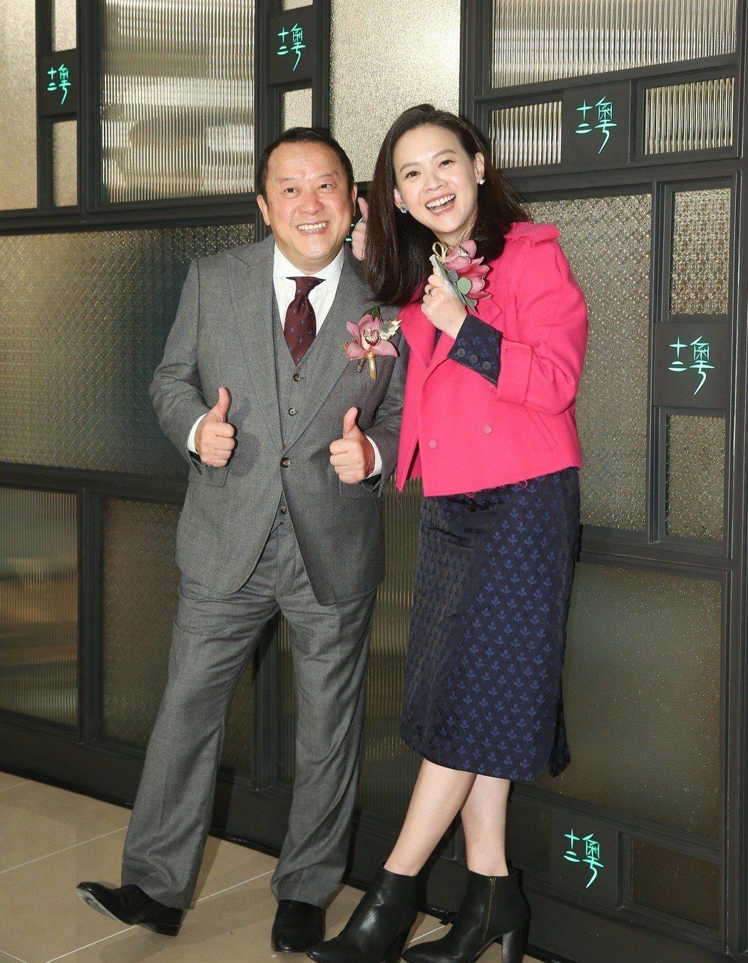 曾志偉(左)與曾寶儀(右)出席十二粵餐廳開幕記者會。記者余承翰/攝影